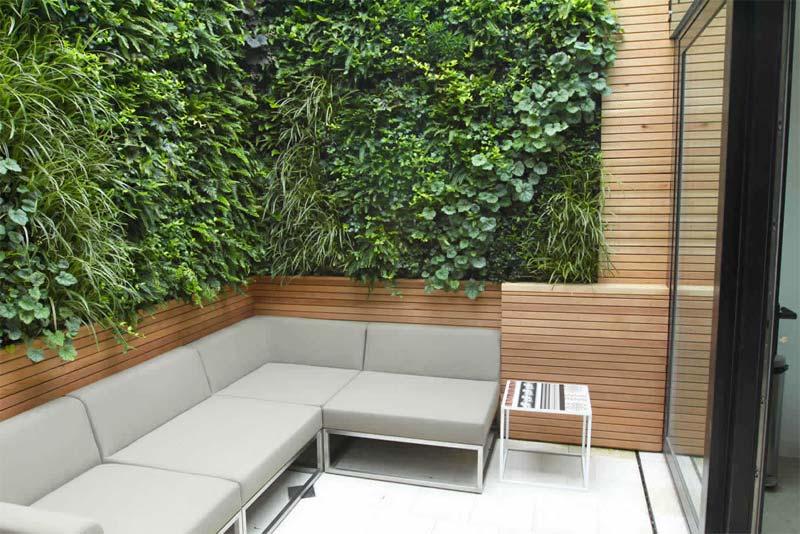 kleine tuin inspiratie moderne bank houten schuttingen