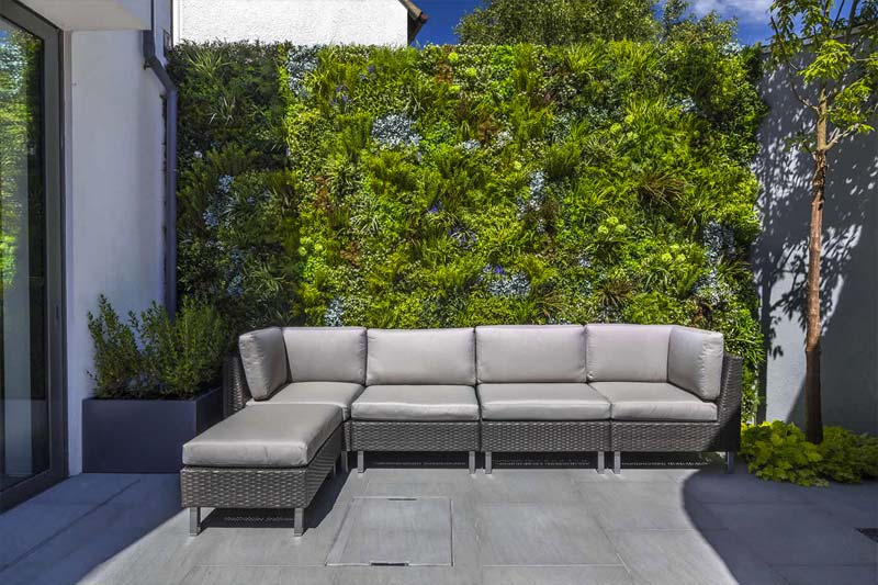kleine tuin inspiratie onderhoudsarme tuin vertciale planten aan schutting