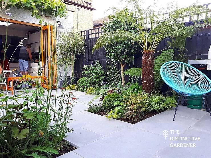 kleine tuin inspiratie palmboom in plantenborder