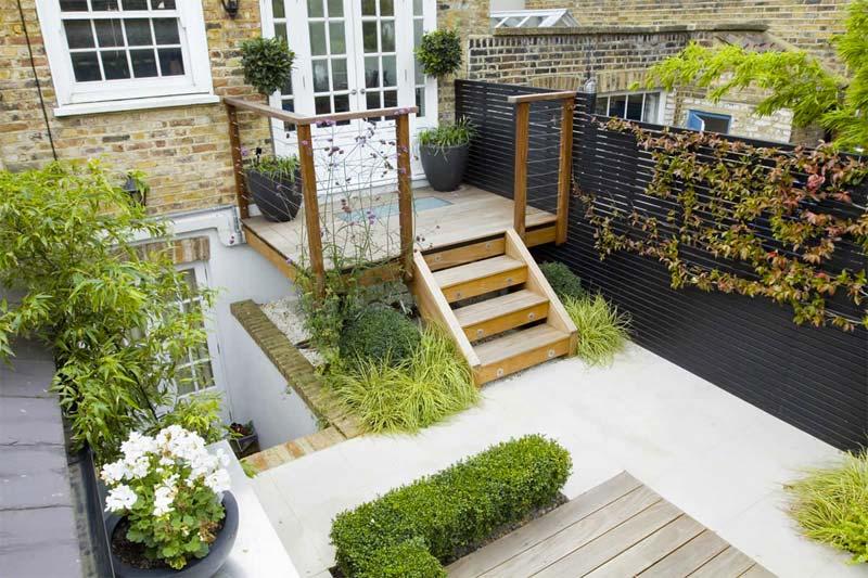 kleine tuin inspiratie schilderachtige tuin zwarte schuttingen