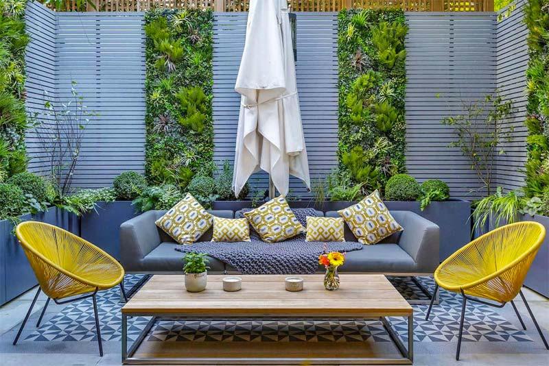 kleine tuin inspiratie verticale planten luxe tuinmeubelen
