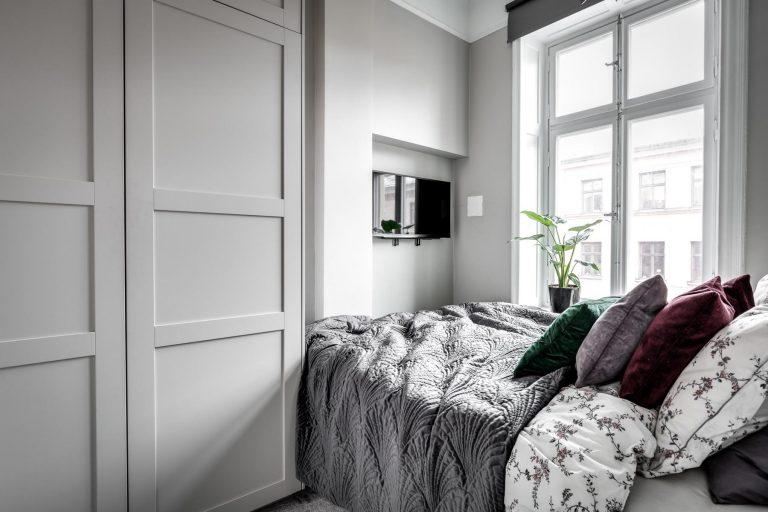 Kleine TV aan muur kleine slaapkamer