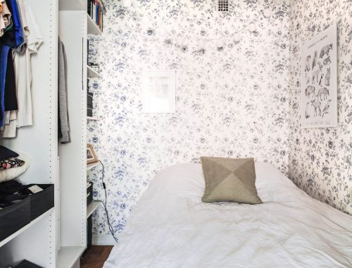 kleine-vintage-slaapkamer-met-open-kledingkast