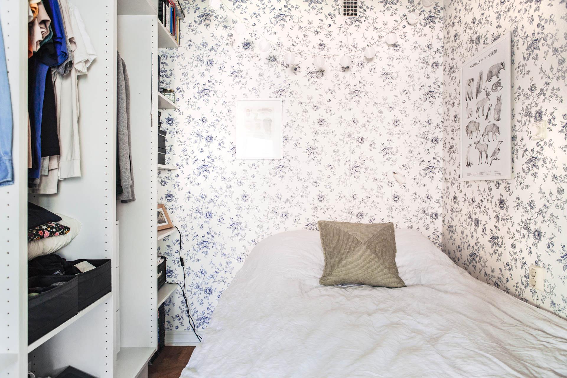 Kleine vintage slaapkamer met open kledingkastInterieur inrichting ...