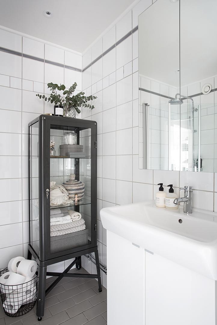 kleine vitrinekast in badkamer