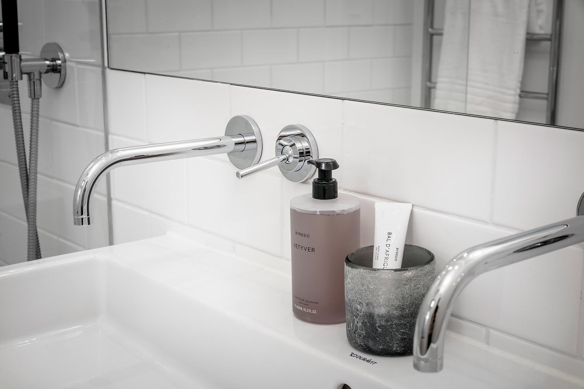 Witte Badkamer Wastafel : Wastafels wash me van clou brede maten hippe kleuren