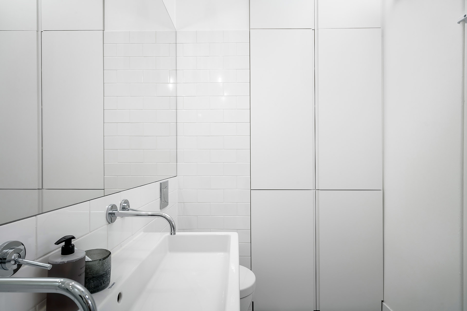 Kleine witte badkamer