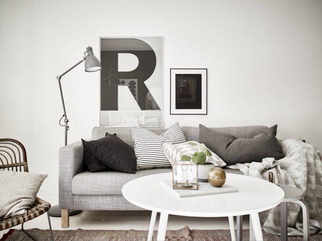 Kleine woonkamer in een klein Scandinavisch appartement van 47m2