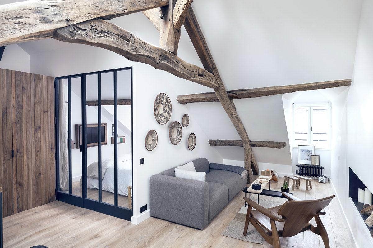 Kleine woonkamer met een mix van rustiek en modern interieur