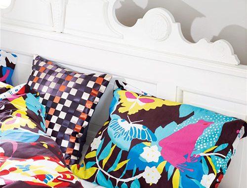 slaapkamer, slaapkamer ideeen, kleur in slaapkamer, kleurrijke slaapkamer, vrolijke slaapkamer, kleurrijke accessoires in de slaapkamer, kleurrijke kussens, kleurrijk dekbedovertrek