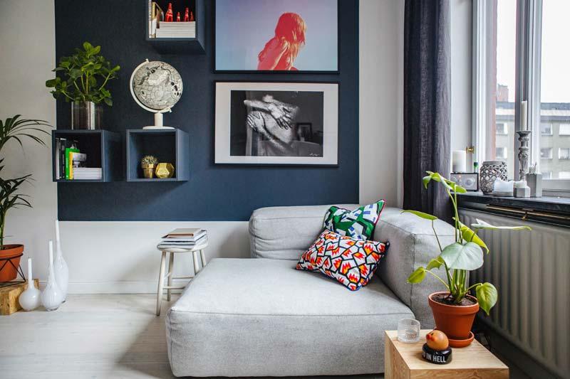 kleurvlak blauw muur woonkamer