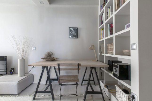 Knusse woonkamer met lichte kleuren