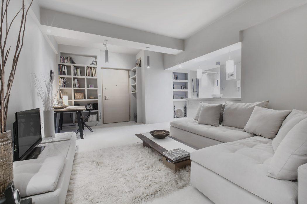 Knusse woonkamer met lichte kleuren interieur inrichting - Deco badkamer meubels ...