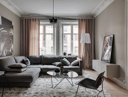 Knusse woonkamer met taupe muren