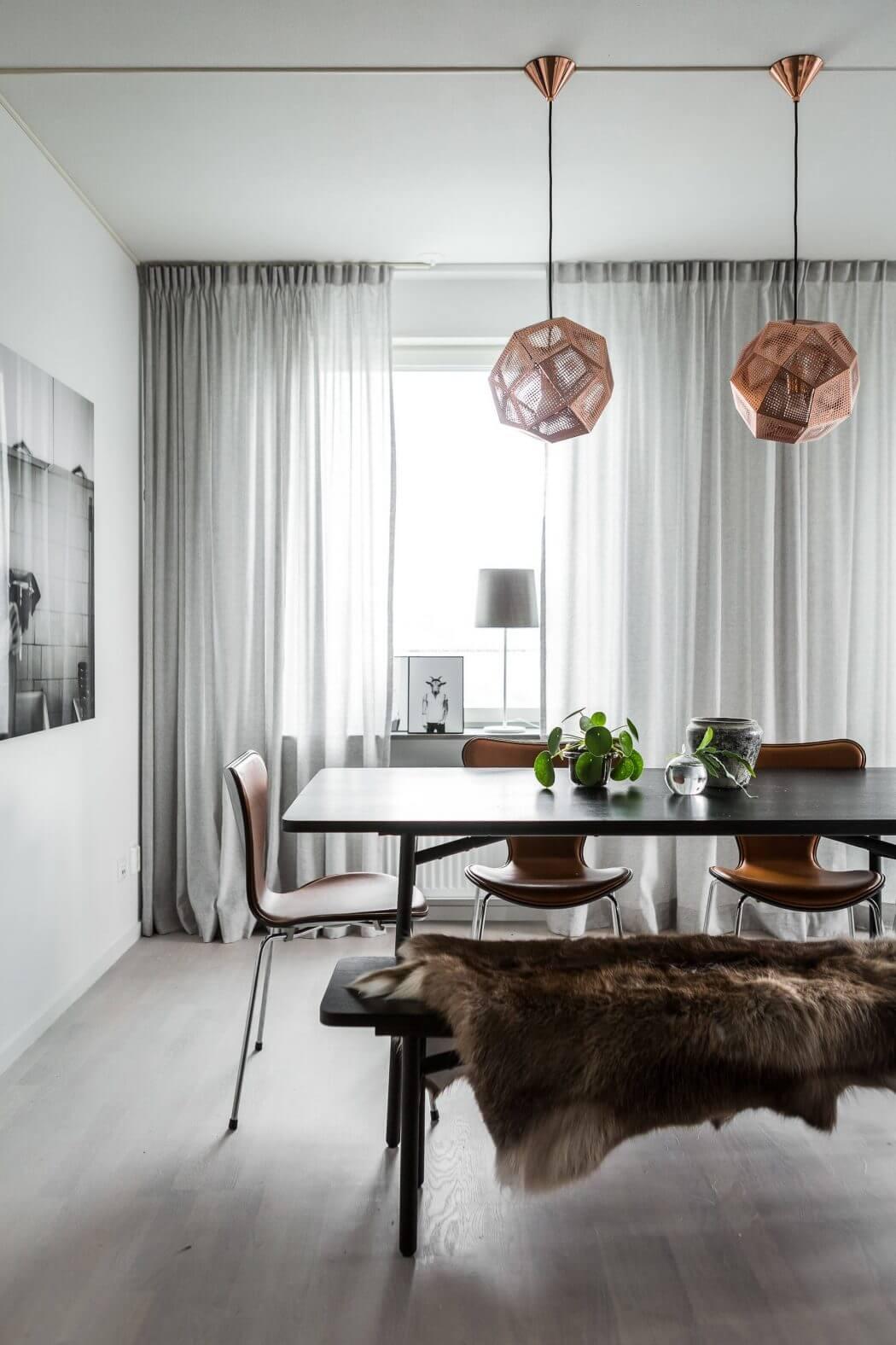 koperen-hanglampen-boven-eettafel