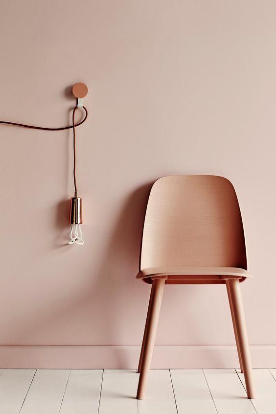 lamp stoel dezelfde kleur muur
