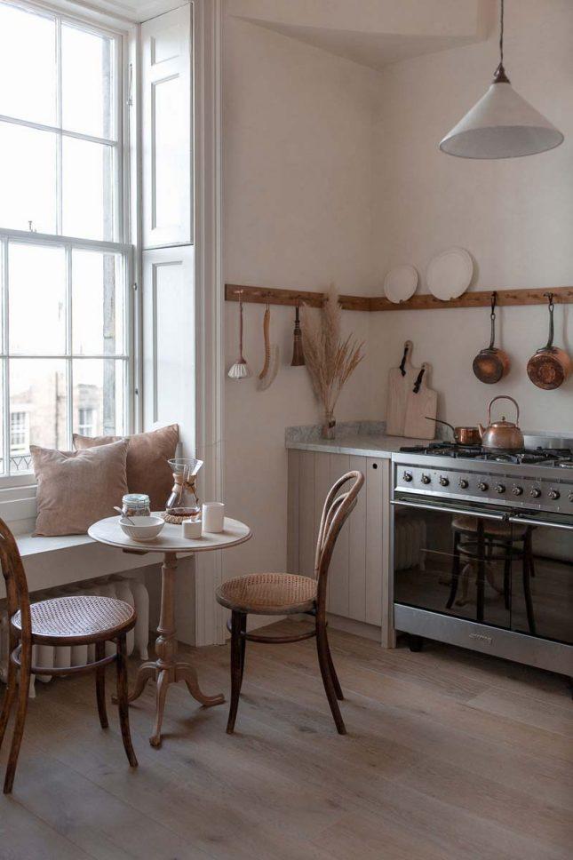 landelijk interieur ideeen houten kapstokken keuken