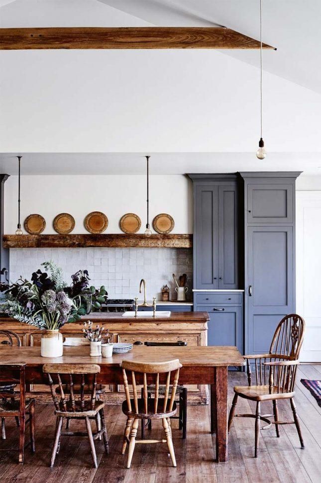 landelijk interieur landelijke keuken met grote houten eettafel en stoelen