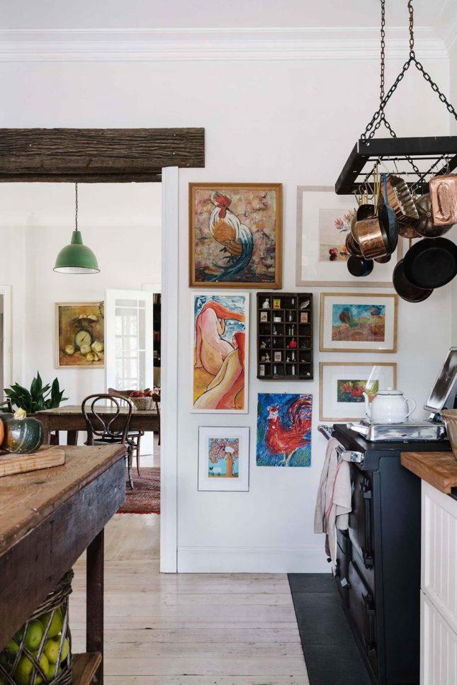landelijk interieur pannenrek in keuken
