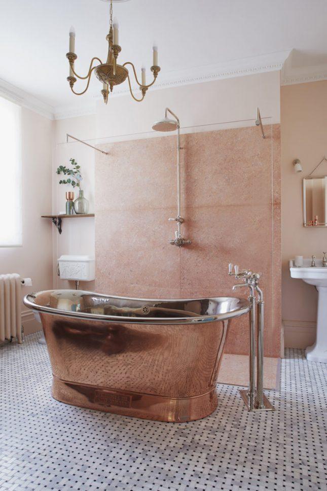 landelijke badkamer koperen bad