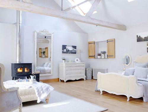 Landelijke slaapkamer ideeën op zolder