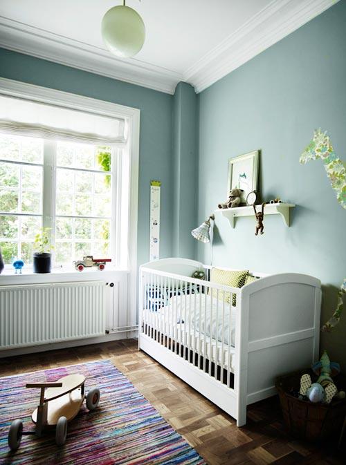 ... van de bruine houten vloer, witte meubelen en de mooie groene muren