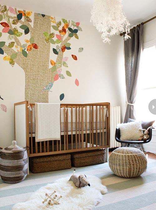 Hier in deze babykamer is het behang met de gekleurde boom du00e9 ...