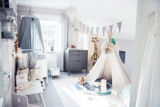 Leuke babykamer met zachte pastelkleuren