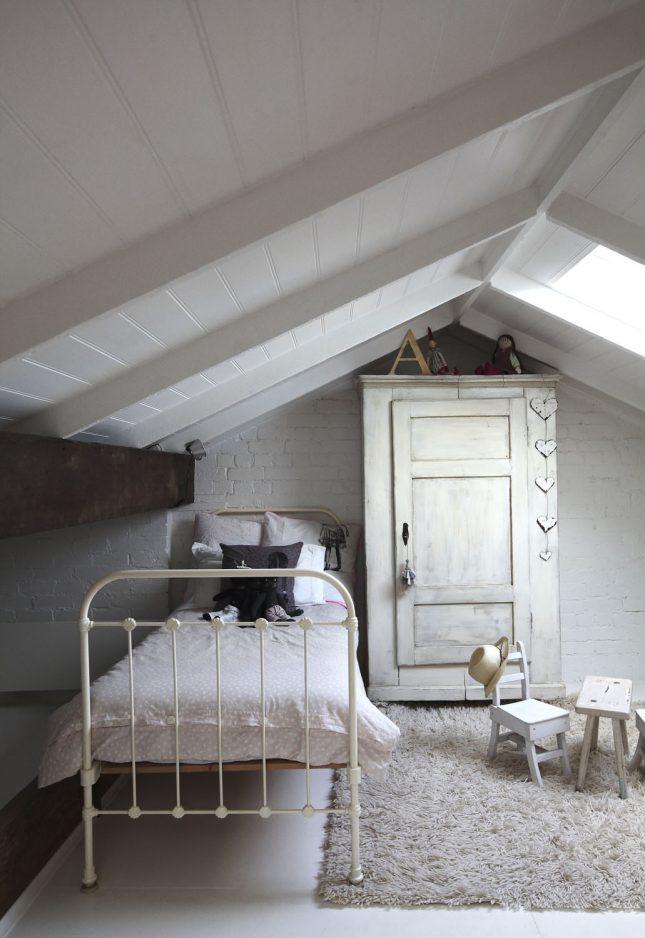 Leuke kinderkamer op zolder interieur inrichting - Balken grijs geschilderd ...