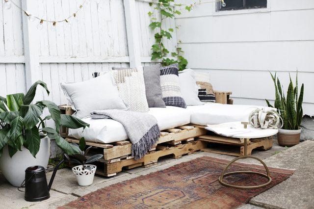 Leuke tuin met loungebank van houten paletten