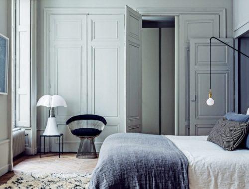 Lichte klassieke slaapkamer van interieurontwerpers Pierre en Stéphane Garotin