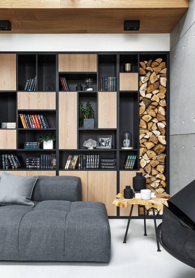 living inspiratie grote wandkast houten deuren haardblokken