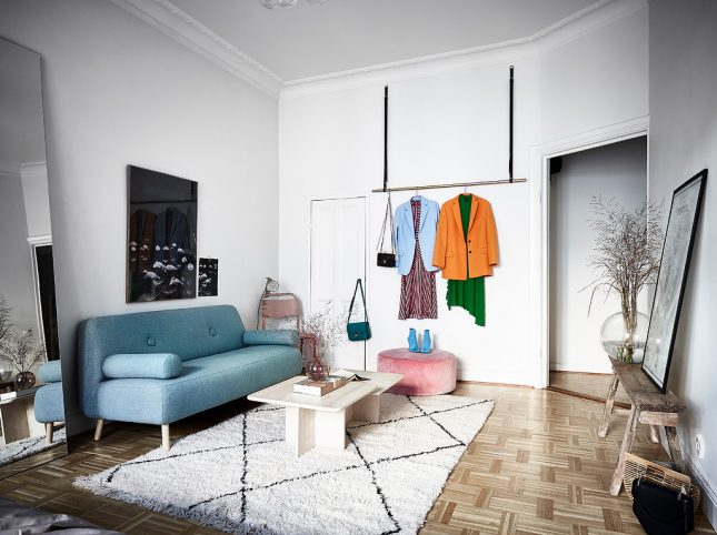 living inspiratie kleine woonkamer kledingrek aan plafond