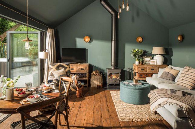 living inspiratie rustieke landelijke woonkamer groene muren