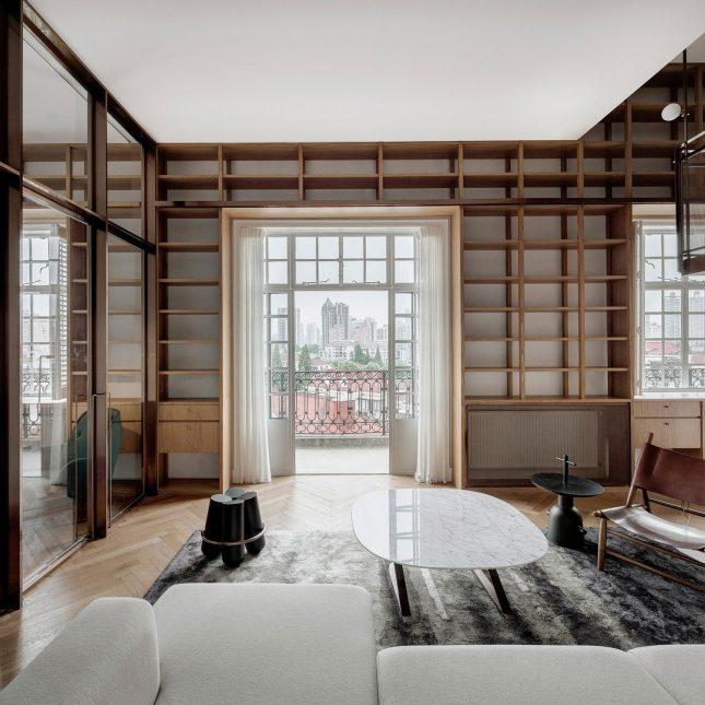 living inspiratie woonkamer houten boekenplanken op maat