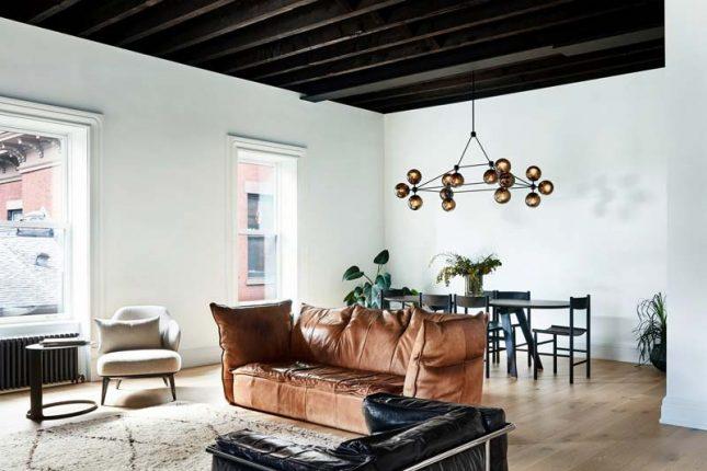 living vintage bruine leren bank zwart plafond