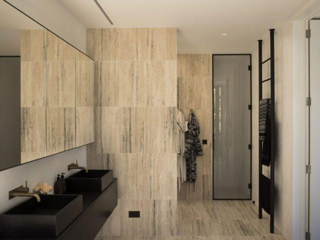 Luxe badkamers voorbeelden warme tegels