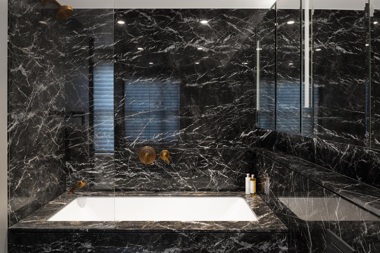 Luxe badkamer met zwart marmer