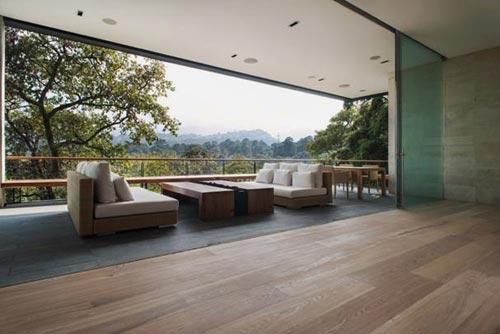 Luxe balkon van enorme villa