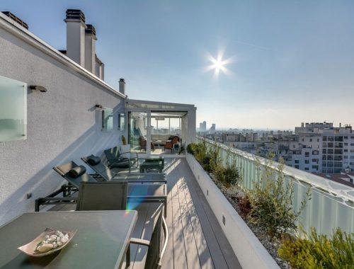 Luxe balkon terras van penthouse in Parijs