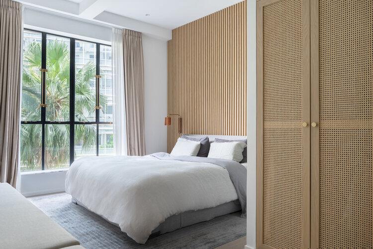 luxe slaapkamer houten wandbekleding