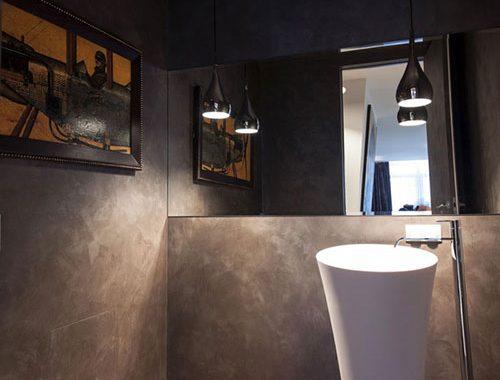 Luxe toilet met houten vloer