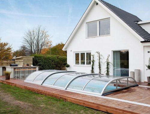 Luxe tuin met zwembad, buitenkeuken en loungehoek