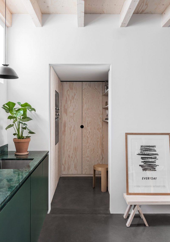 Moderne groene keuken met een groen marmeren werkblad