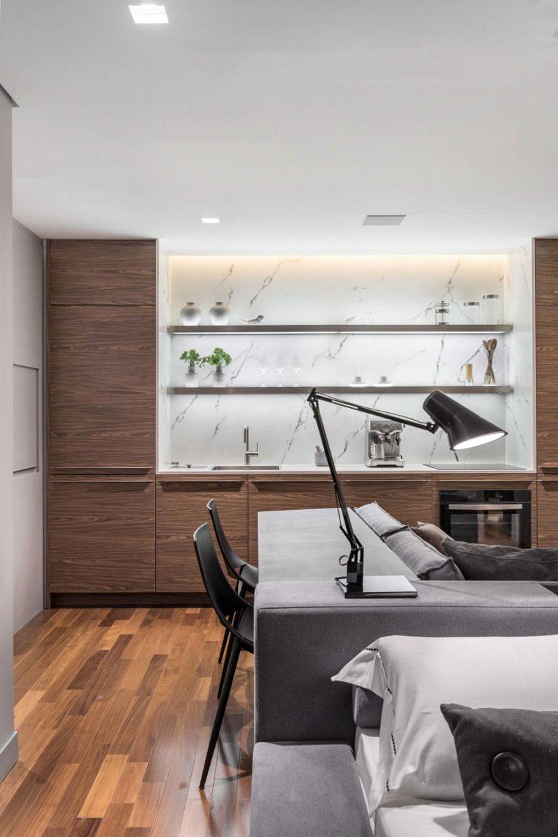 Houten keuken met een wit marmeren keuken acherwand