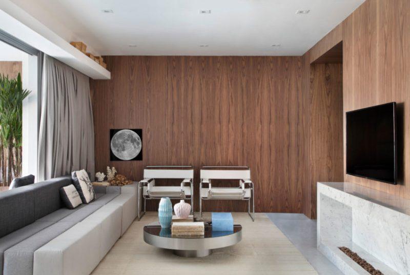 In deze mooie woonkamer zijn houten wanden gecombineerd met een chique op maat gemaakte TV meubel. Klik hier voor meer foto's.