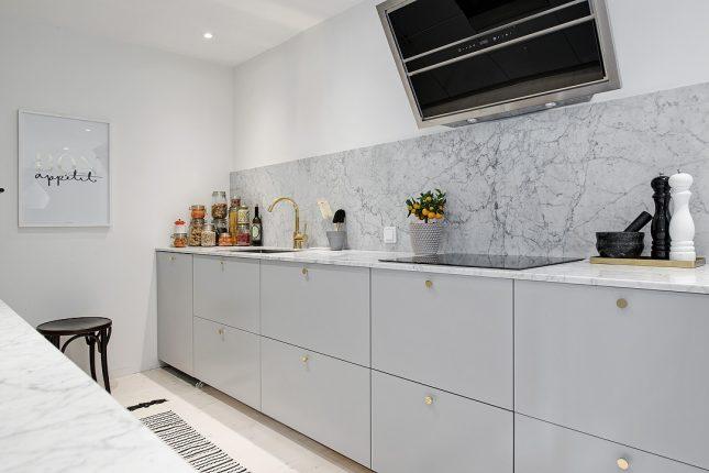 Het marmer keukenblad in deze keuken loopt door naar de keuken achterwand. Klik hier voor meer foto's.