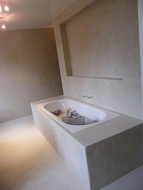 Bad Voor In De Badkamer ~   vloer, de wanden en zelfs het bad is bewerkt met deze matte betonstuc