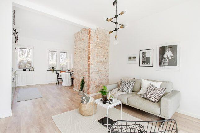 Met een grote glazen wand is er een slaapkamer gecreëerd in dit appartement