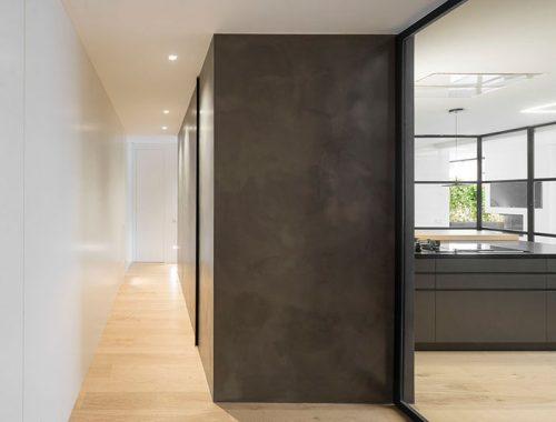 Minimalistisch toilet met zwarte muren